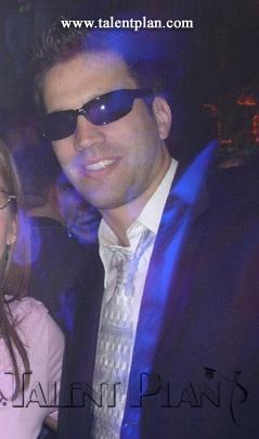 Ben Affleck dons sunglasses to look less like Ben Affleck, this man