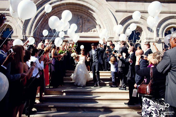 Resultados de la Búsqueda de imágenes de Google de http://olivialeighweddings.com/blog/wp-content/uploads/2010/09/balloon-exit-at-wedding.jpg