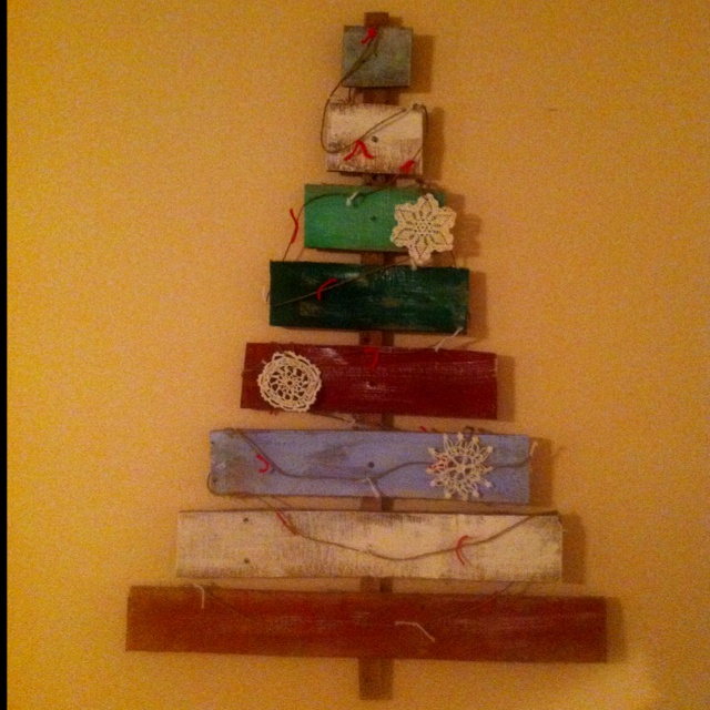Pallet christmas tree wall hanging home projects pinterest for Pinterest pallet christmas ideas