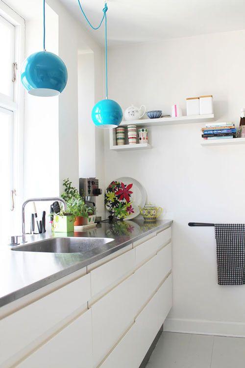 Uwielbiam to kuchnia.  Czysty, biały, wyskakuje koloru.  Ślinienie się na światłach, a płyta na blacie byłoby idealne w naszej obecnej kuchni.
