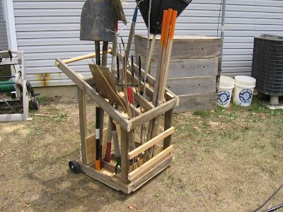 DIY portable garden tool cart  http://gardenvariety-hoosier.blogspot.com/search/label/Garden%20tool%20rack