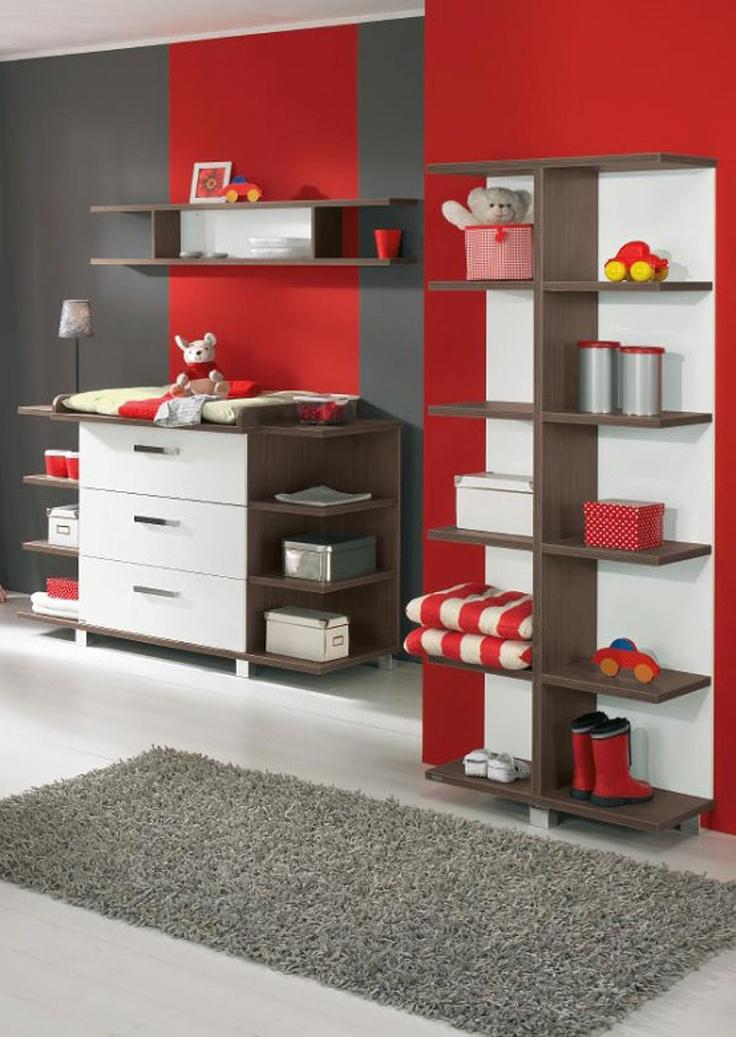 Habitación pintada de rojo y gris a rayas.