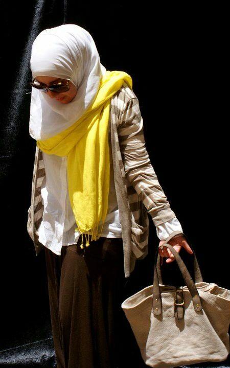ملفت او بوضع مناكير تتناسب مع لون الحجاب او باخراج