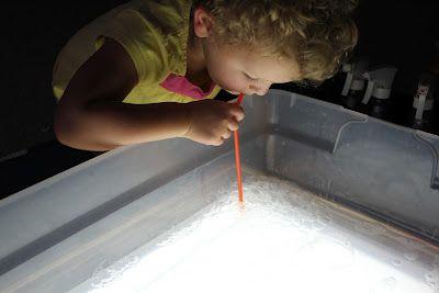 Travailler le souffler avec une paille, du liquide à bulles, un bac plastique... et une table lumineuse !