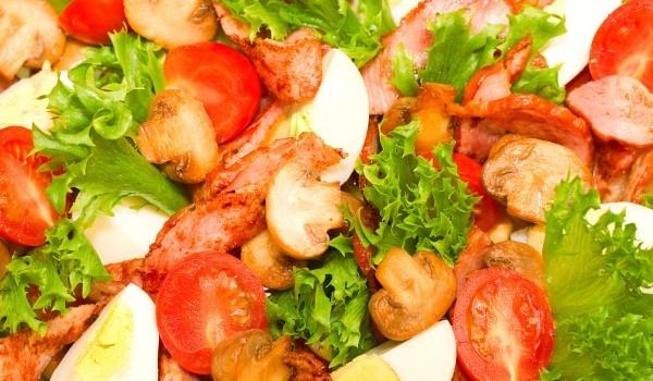 Рецепта за салата с пилешко и гъби