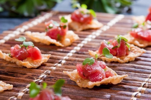 tuna poke on wonton crisp | Catering - Food Photos -sort | Pinterest