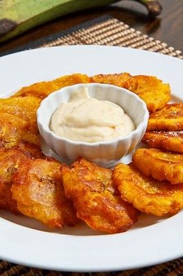 Tostones with Roasted Garlic Mayo by closetcooking.com #Tostones #Plantains #Garlic_Mayo #closetcooking