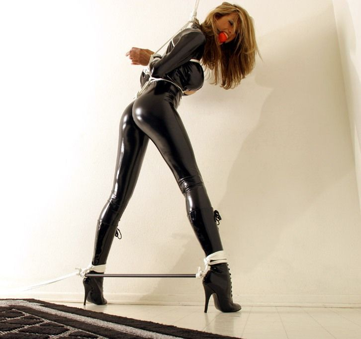 Famous bitchy girl Latex Lucy is the real queen of BDSM and latex № 959770  скачать