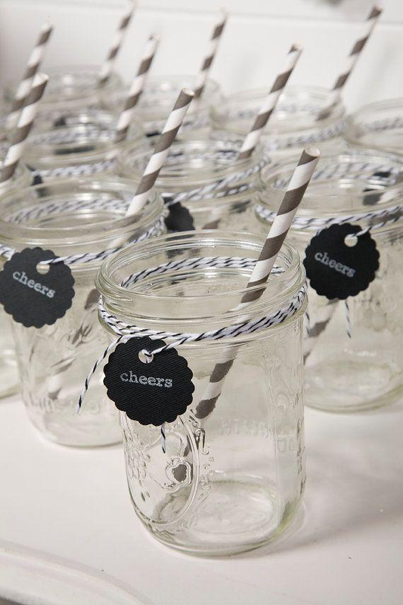 petit pots en verre décorés avec de la Baker twine et des pailles rayées