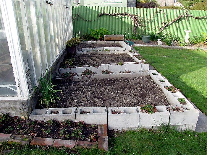 Cinder block garden gardening and landscaping pinterest for Concrete block landscaping ideas