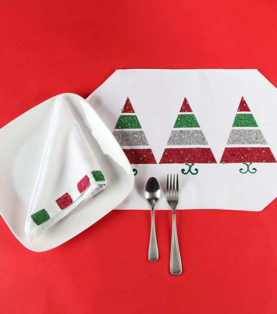 These #DIY Christmas place settings are fun and easy to make for your Christmas dinner table!
