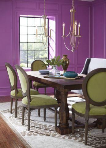 paredes orquídea radiante con mobiliario y textil natural