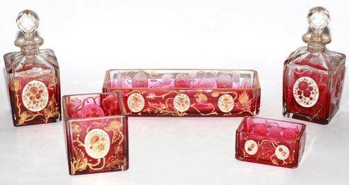Клюква стекла пятью частями туалета установлен украшенный цветами.