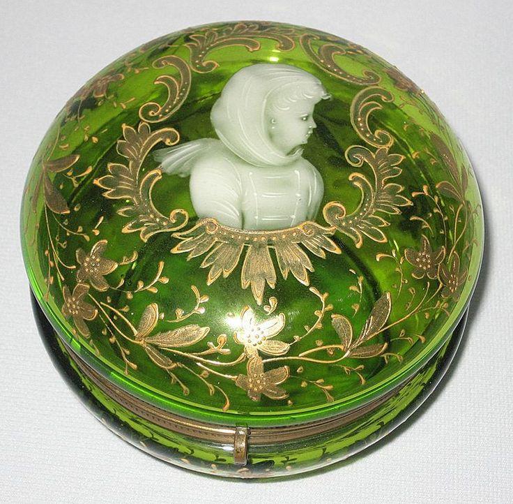 Элегантном викторианском зеленого стекла Dresser Box / Ювелирные изделия - Мэри Грегори стиль - Эмаль лицо портрет - Возможное Moser