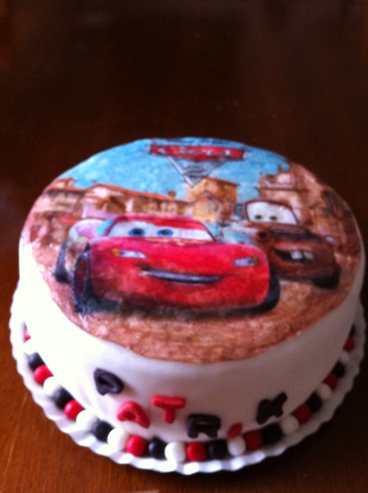 "Pastel relleno de crema con fresas y decoración ""the cars"""