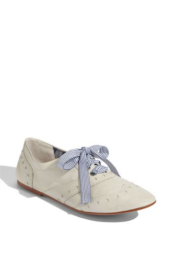 Loving these oxfords, especially with the patterned ribbon laces