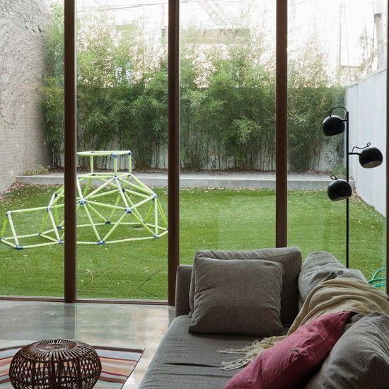 Sala de estar con ventanas de doble altura