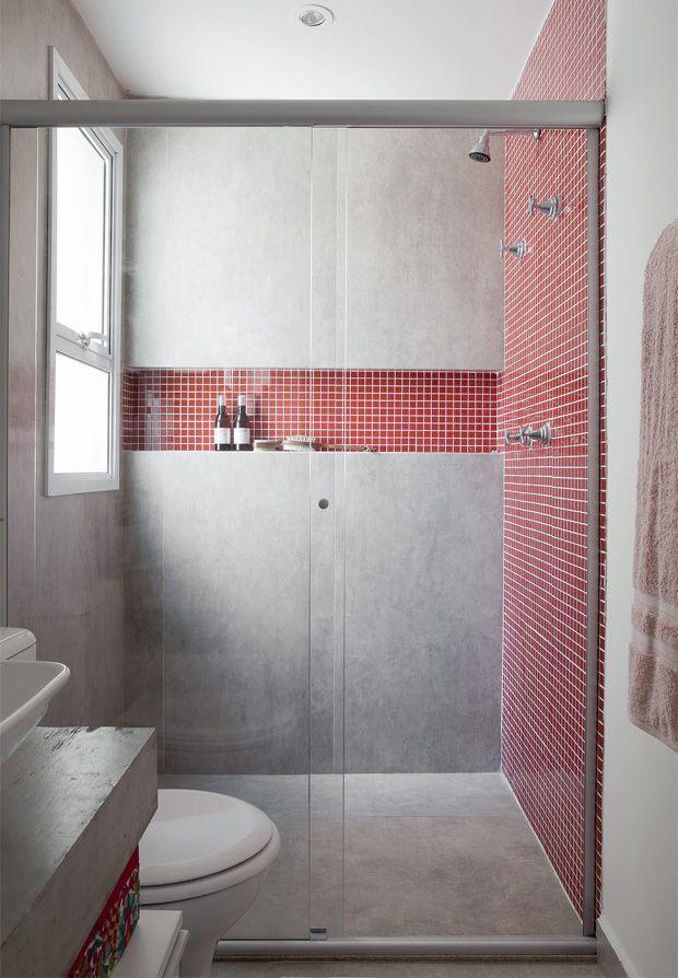 """Banheiro pequeno. revestimento em porcelanato tipo """"cimento queimado"""" e pastilhas de vidro vermelhas. A portobello é uma das maiores produtoras no segmento: Porcelanato - (BAUHAUS CEMENT 60X60 RET) Pastilha de vidro - (DROP CEREJA 30X30 TEL)"""