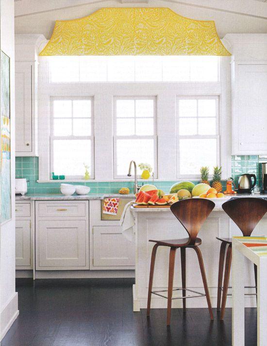 Uwielbiam wyskakuje żółty i turkusowy i te stołki barowe.  Taka inspiracja w tym miejscu!