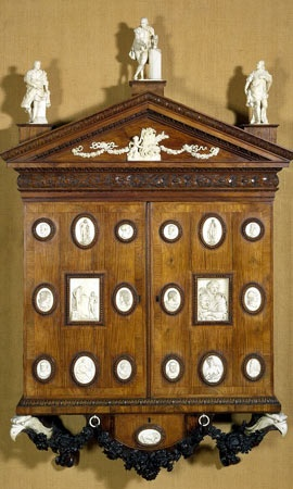 Armoire conçue par William Kent et Horace Walpole, 1743, bois de rose et ivoire.  Les médaillons d'ivoire ont été recueillies par Walpole lors de son Grand Tour en Italie et en France vers 1740. (Collection du Victoria & Albert Museum)