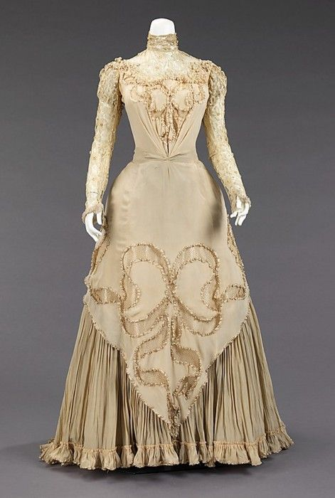 Love the intricate detailing on this strikingly elegant 1890s evening dress.
