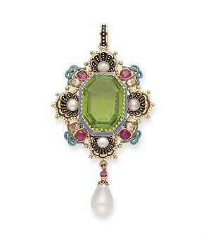 Colgante antiguo con peridoto central rodeado de rubíes, diamantes, perlas y esmalte