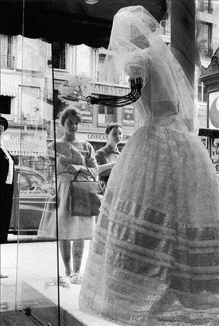 ... Rêves devant une robe de mariée ! Rue des Saint-Pères, Paris 1960