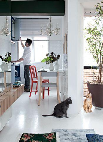 O apartamento ganhou amplitude e luminosidade com o granilite branco que cobre todos os pisos