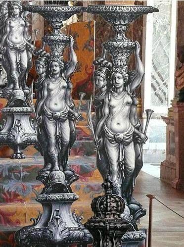 """Reconstitution en carton peint du trône de Louis XIV et de la décoration qui l'entourait - Exposition """"Quand Versailles était meublé d'argent"""", Chateau de Versailles, 21 novembre 2007-9 mars 2008"""