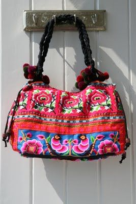 Bolsos bordados y llenos de pequeños detalles; pompones, cuentas.