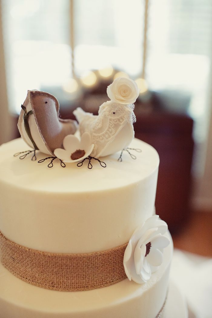 Burlap and birdies cake.