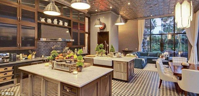 Actor jeremy renner flips great gatsby style house at an Chef comes to your house