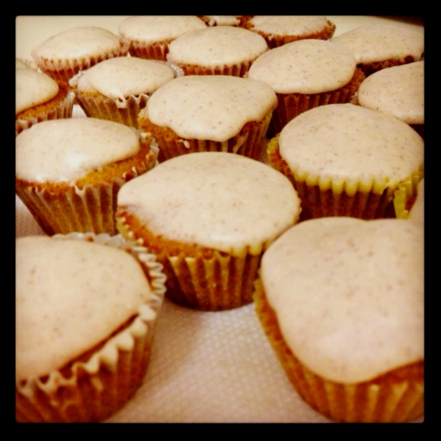 Gingerbread cupcakes with cinnamon cream cheese icing