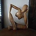 Sculpture en bois très moderne...des année 20-30...un beau bois lise et soyeux au touché