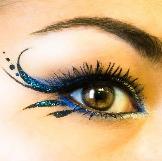 Beautiful and daring eye make up.
