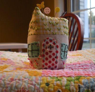 Molly Flanders Makerie: Tiny Cottage Pincushion Tutorial.....