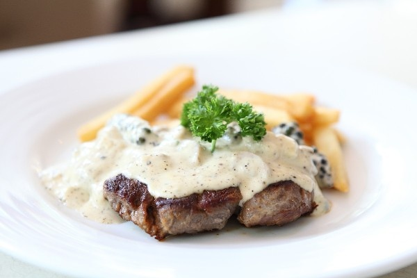 Steak au Poivre: tenderloin steaks in a creamy peppercorn sauce. Fast ...