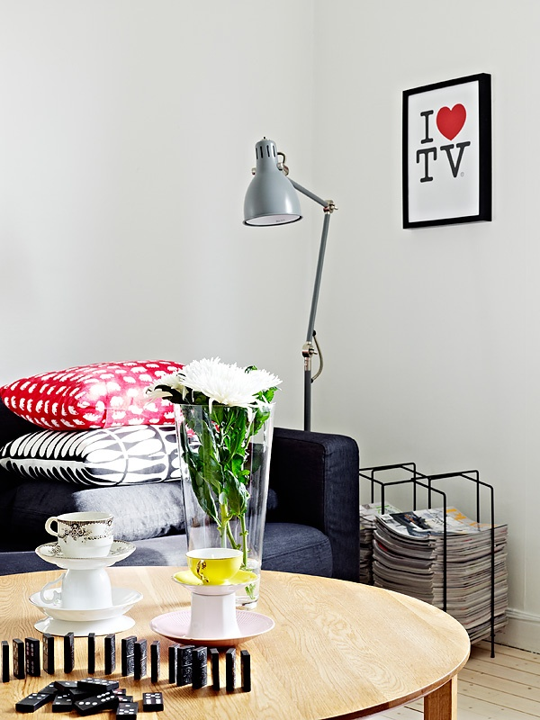 {I ♥ TV + bits of red} apartment in Sweden - love the one yellow teacup! :)