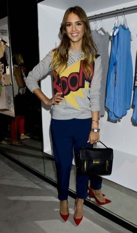 High-low: a atriz Jessica Alba apostou no moletom com comic stamp e combinou com calça social e scarpin de bico fino.