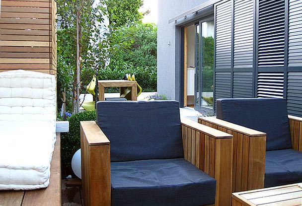Moderner garten kleingarten holzdeck steinplatten lavendelpflanzen
