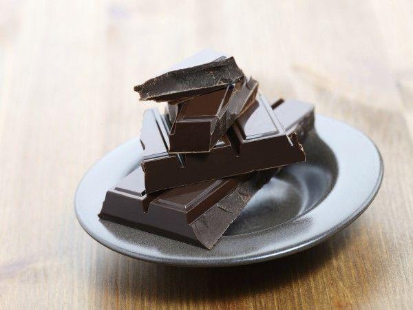 """19 - ANTOJOS 2 - Tuviste un mal día, no estás en ese momento del mes y, sin embargo, tienes un ansia incontrolable de comer chocolate. """"Puede ser falta de magnesio"""", explica Caroline Pearce, nutricionista y fundadora de JustSlim. """"El chocolate es rico en magnesio, así que si eso es lo que te falta, tu cuerpo te lo pedirá"""".  """"También puede ser que tu cuerpo te esté pidiendo antioxidantes"""", agrega la nutricionista Anita Ellis. """"Un antojo de chocolate suele ser un pedido de esto""""."""
