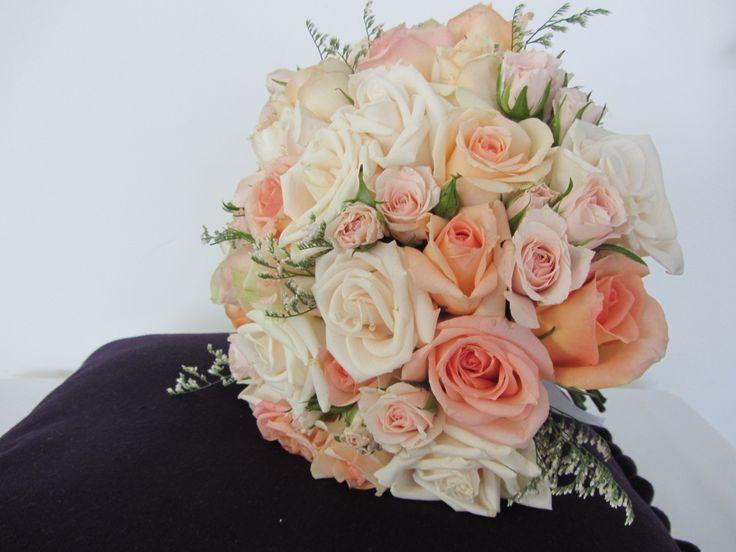 Distintos tipos de rosas y limonium blanco