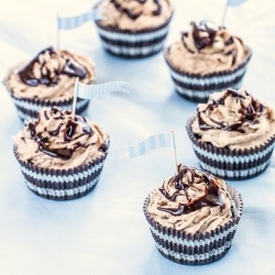 Cookies & Cream Cheesecake Cupcakes - chocolate cupcakes frosted with ...