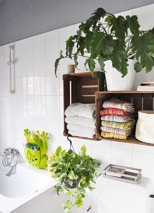 Muebles De Baño Reciclados:baño-cestas-madera-colgadas