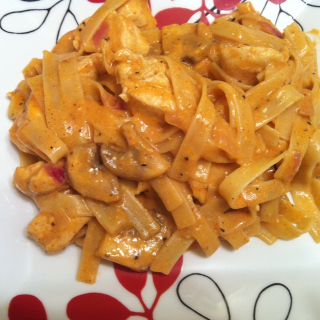 Pasta with chicken, mushrooms and creamy paprika sauce.