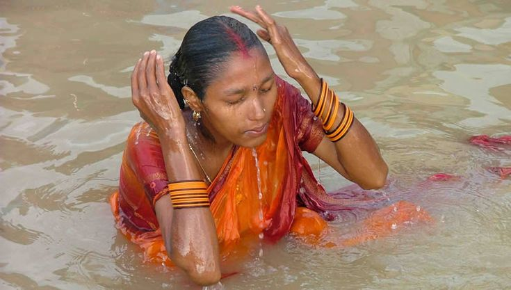 Hindu woman bathing in the Ganges River | history back ...