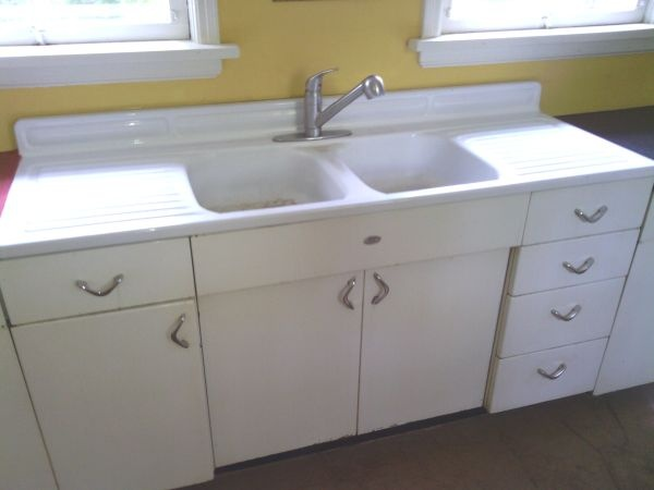 Love the sink and the old metal cabinets. Look at those door handles.
