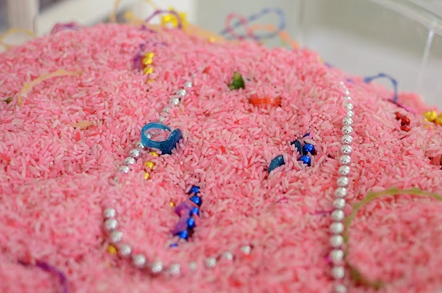fiesta de princesas: esconde joyas de plástico en un bol grande de ...