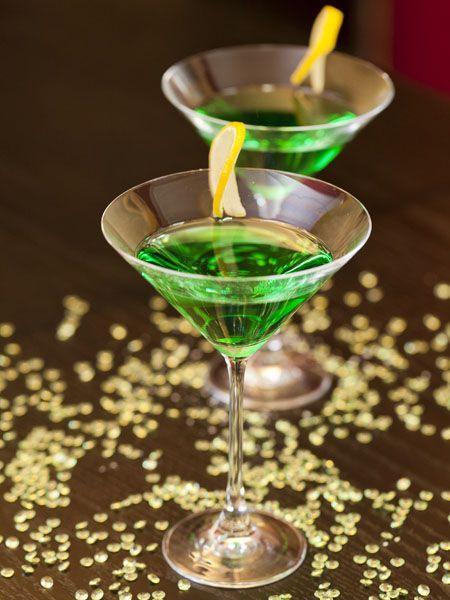Kiss Me I'm Irish Cocktail Recipe (http://blog.hgtv.com/design/2014/03/07/happy-hour-happens-st-patricks-day-bevvies-that-arent-green-beer/?soc=pinterest)
