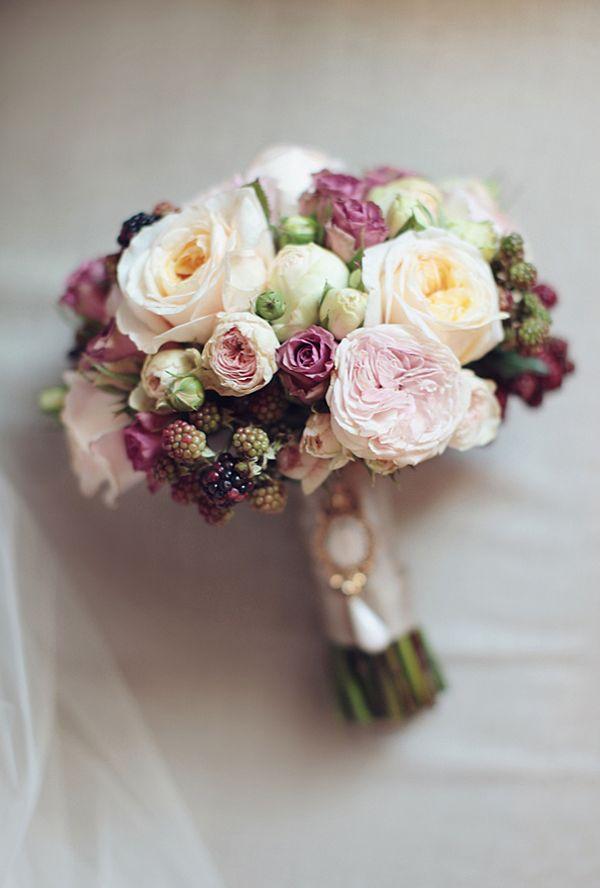 rosa romántico del ramo con bayas de Latte Decor